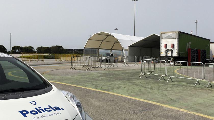 """Primeiro """"drive-thru"""" para rastreio de Covid-19 já funciona no Porto"""