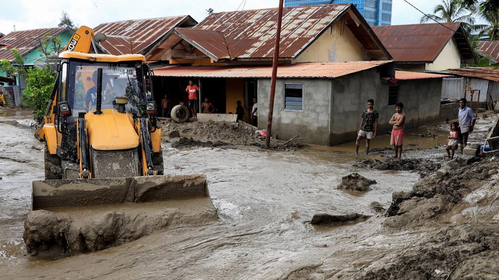 Limpeza das ruas em Dili, depois de cheias. Foto: António Dasiparu/EPA