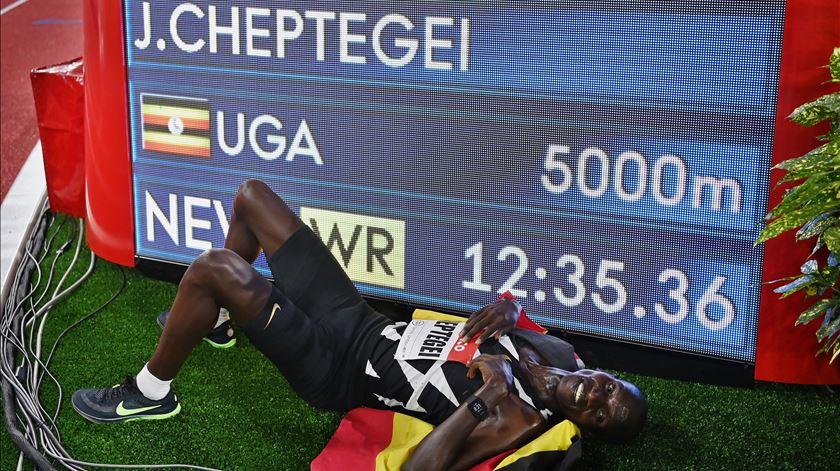 Joshua Cheptegei bate recorde do mundo dos 5000m. Foto: Valery Hache/EPA