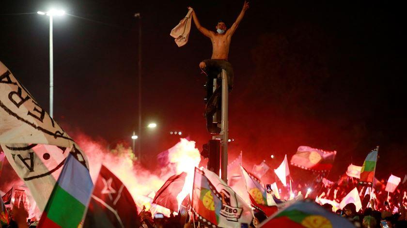 Eleitores celebram vitória no referendo sobre a Constituição no Chile. Foto: Elvis Gonzales/EPA