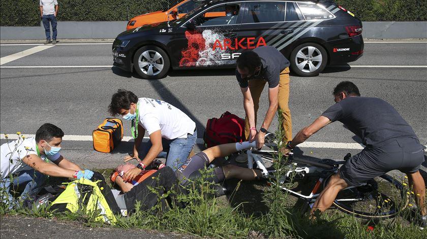 Volta a Portugal. Ciclista e bandeira amarela em estado grave após queda