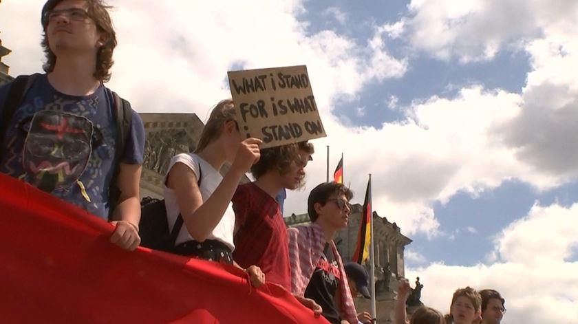 Centenas de jovens cercam parlamento em protesto contra inação climática