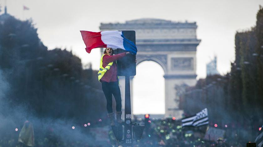 """Português em França descreve """"cenário de guerra"""" nos Campos Elísios"""