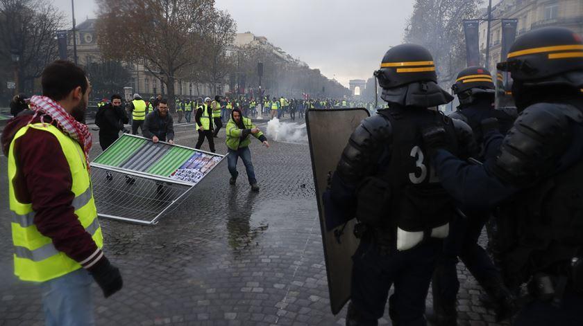 """Paris. Polícia trava """"coletes amarelos"""" com gás lacrimogéneo"""