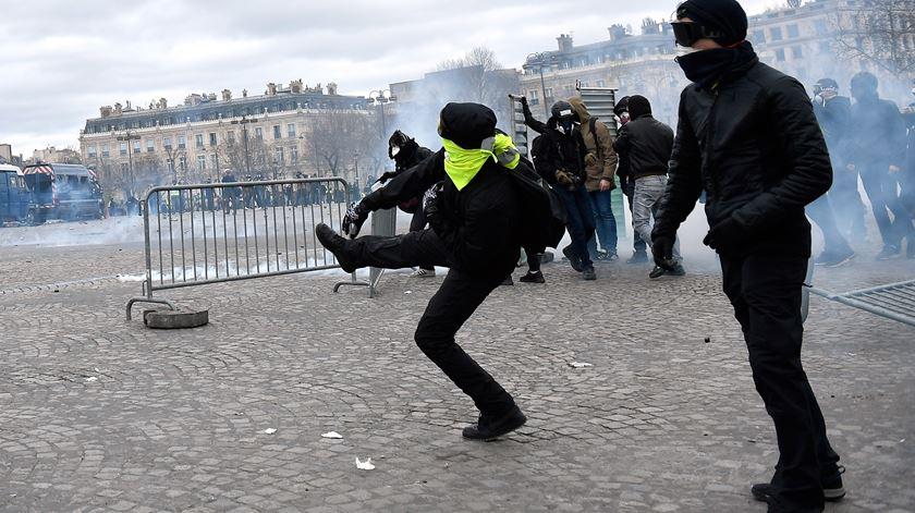 """Mais de 100 """"coletes amarelos"""" detidos em Paris. Governo condena violência """"inaceitável"""" e ameaça com punições """"severas"""""""