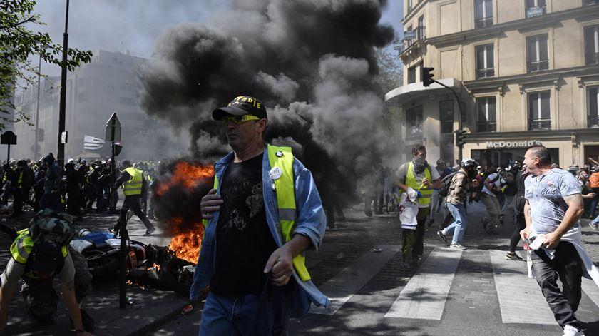 """Quase sete mil """"coletes amarelos"""" deixam o caos em Paris"""