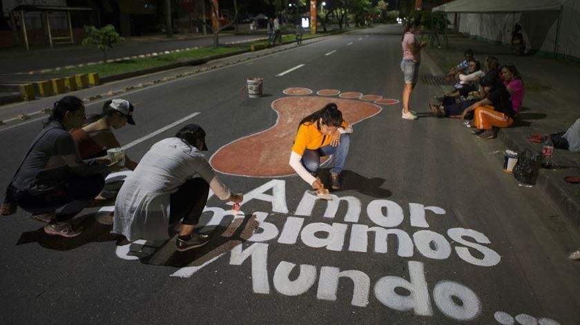 """""""Com amor mudamos o mundo"""" Mulheres de Villavicenci, na Colombia, o pintam mensagem para o Papa Francisco. Foto: Orlando Barria/EPA"""