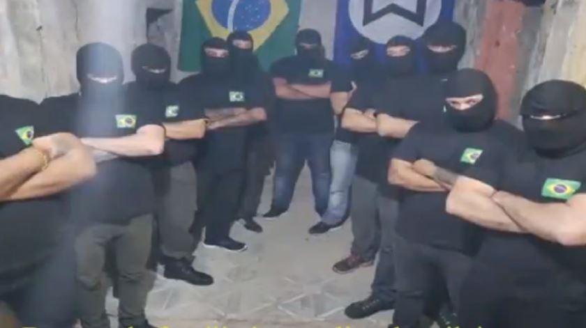 Fotografia postada depois de terem sido queimadas bandeiras antifascistas no Rio de Janeiro. Foto: DR
