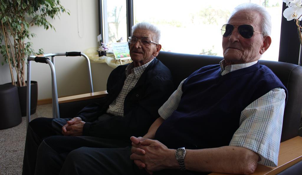 """""""Como irmãos"""". António Amaral e António Duarte têm muita conversa para pôr em dia. Foto: Liliana Carona/RR"""