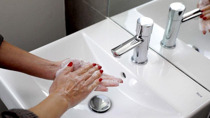 Coronavírus. Como lavar as mãos para evitar contágios, em 10 passos