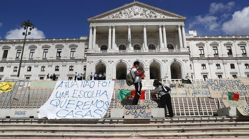 """Sem-abrigo manifestam-se frente ao Parlamento. """"Continuamos invisíveis"""""""