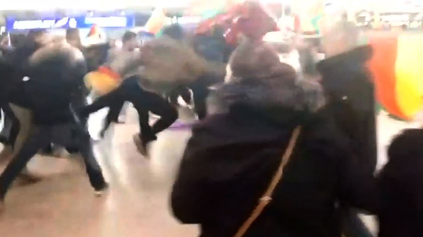 Turcos e curdos envolvidos em confrontos violentos no aeroporto de Hanôver, na Alemanha