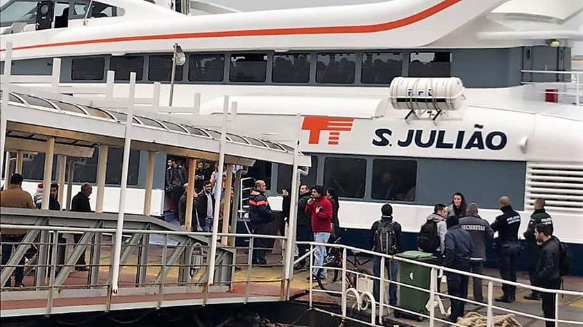 Dezenas de pessoas invadem barco que faz ligação Seixal-Lisboa
