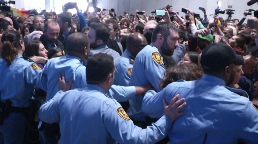 Cerca de 200 ativistas retirados à força da cimeira da ONU sobre o clima