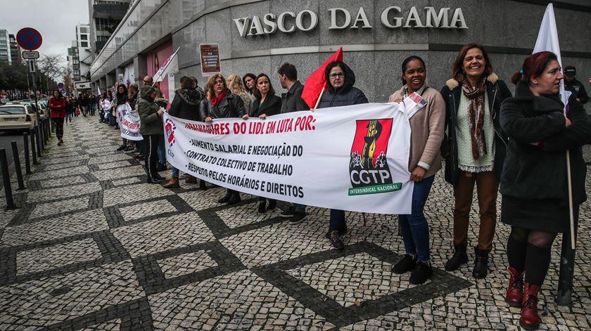 Família e trabalho. Trabalhadores do comércio fazem cordão humano em Lisboa