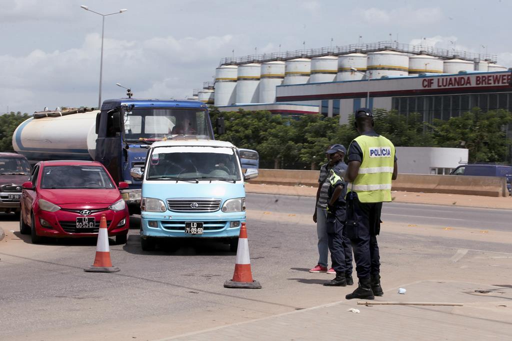 Polícia e militares fiscalizam quarentena em Luanda. Foto: Ampe Rogério/Lusa [Arquivo]