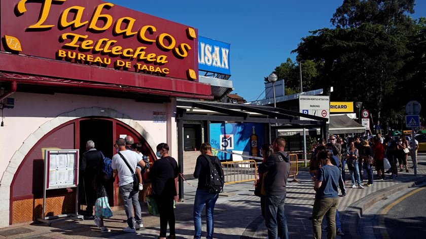 Espanha abre fronteiras e franceses fazem fila para comprar tabaco