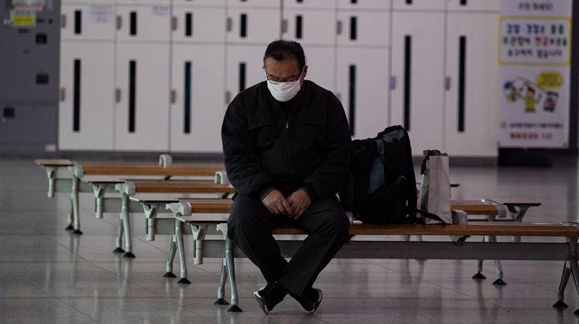 Pacientes recuperados voltam a testar positivo ao coronavírus na Coreia do Sul