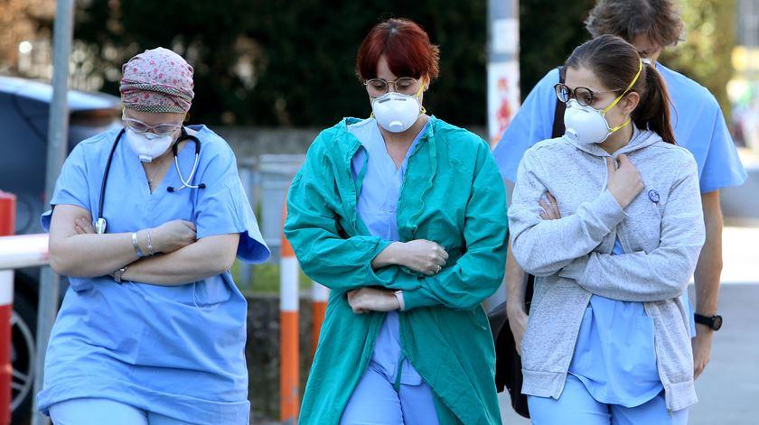 Exaustos, sem equipamento, incansáveis. Cinco médicos e enfermeiros contam como é a luta contra o coronavírus na Europa