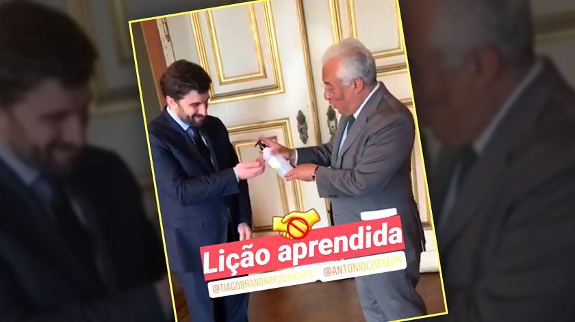 """""""Lição aprendida"""". Costa desinfeta as mãos (e pede desculpa) após aperto de mão a ministro"""