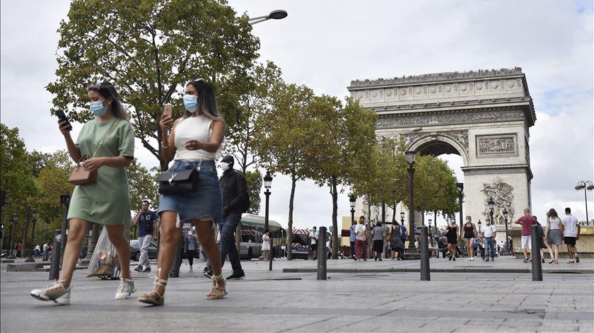 Número de contágios diários em França volta a superar os 12 mil