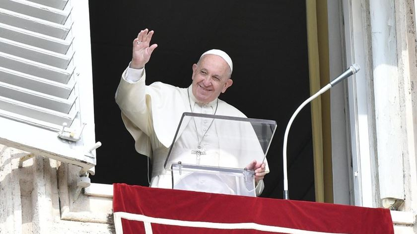 """Papa critica telemóveis à mesa. """"Devemos retomar a comunicação em família"""""""