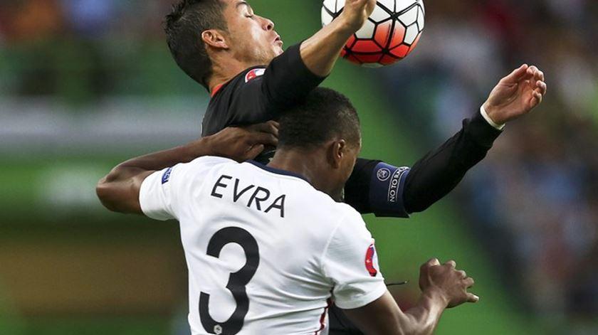 """Evra faz serenata a Cristiano Ronaldo. """"Tens de correr"""""""
