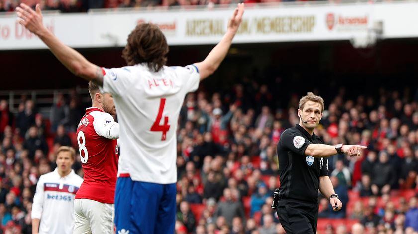 Craig Pawson apitou 23 jogos da Premier League, esta época. Foto: John Sibley/Reuters