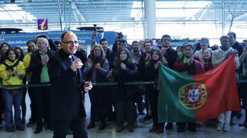 Dezenas de jovens receberam em festa o Cardeal Patriarca de Lisboa, no aeroporto Humberto Delgado