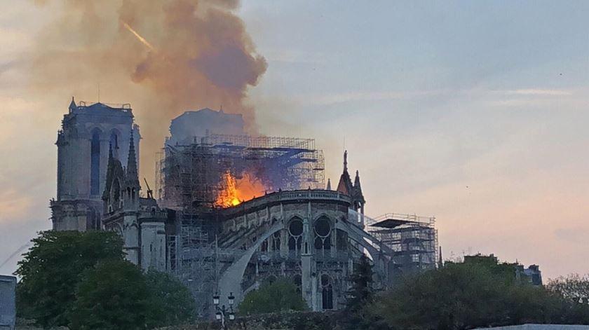 Fogo consome catedral de Notre Dame. As imagens do incêndio captadas em Paris