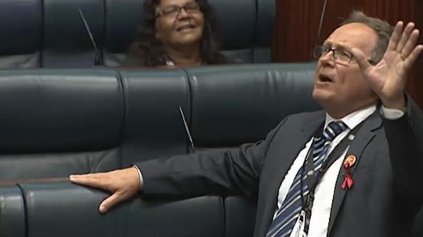 David Templeman canta o seu discurso de Natal no Parlamento da Austrália Ocidental. Foto: DR