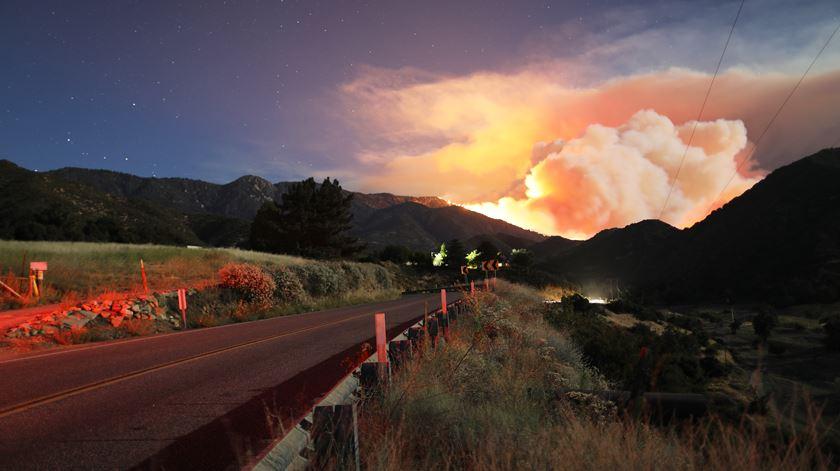 Fogo florestal na Califórnia obriga à evacuação de cerca de 2.580 habitações
