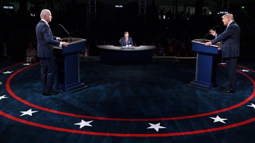 Biden e Trump com microfones desligados no último frente a frente antes das eleições