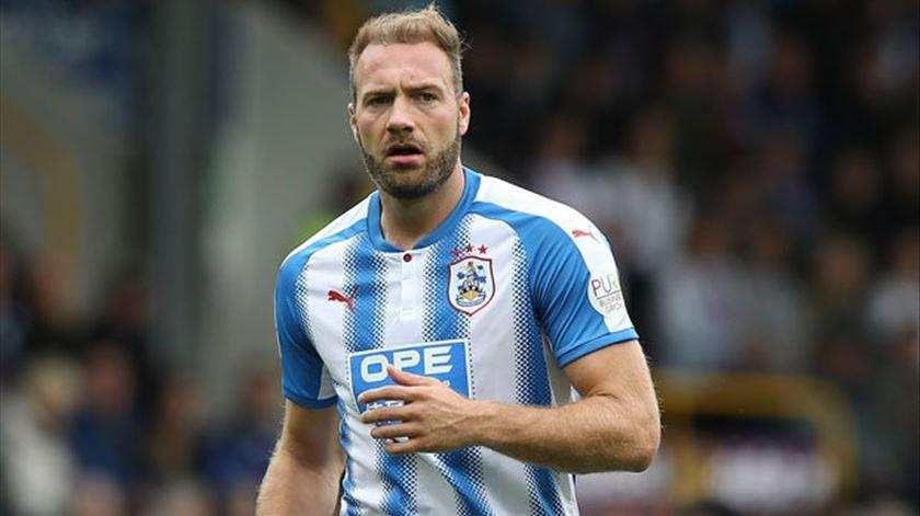 Depoitre não vingou de dragão ao peito mas salvou Huddersfield da descida. Foto: DR
