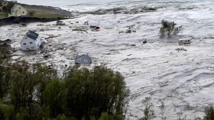 Deslizamento de terras na Noruega arrasta casas para o mar