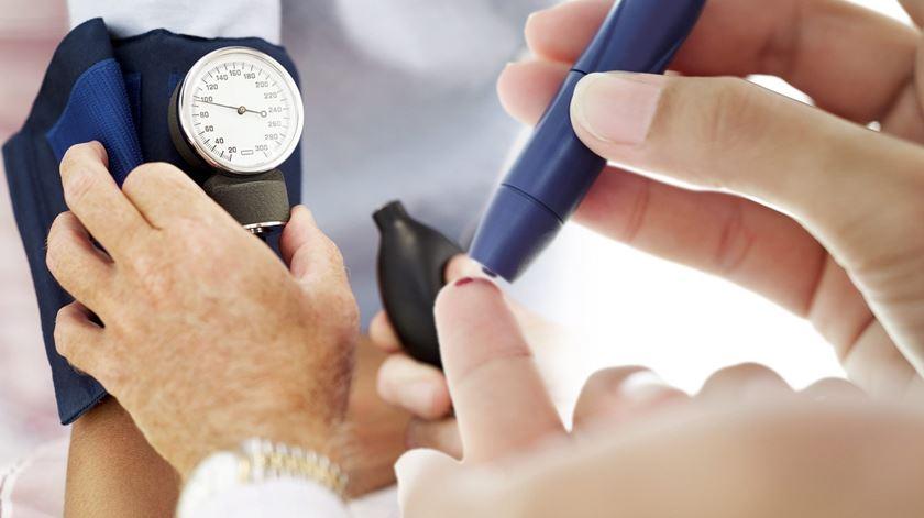 Covid-19. Diabéticos e hipertensos voltam a poder justificar faltas ao trabalho