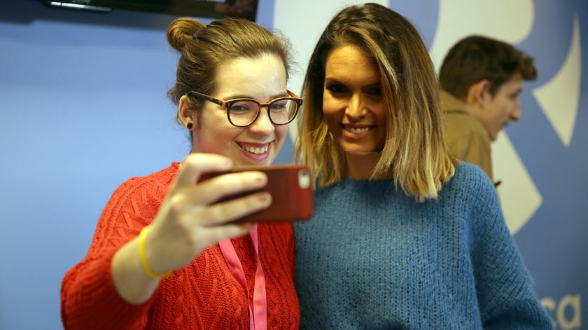 """Fãs aproveitam para tirar uma """"selfie"""" com a atriz Diana Chaves"""