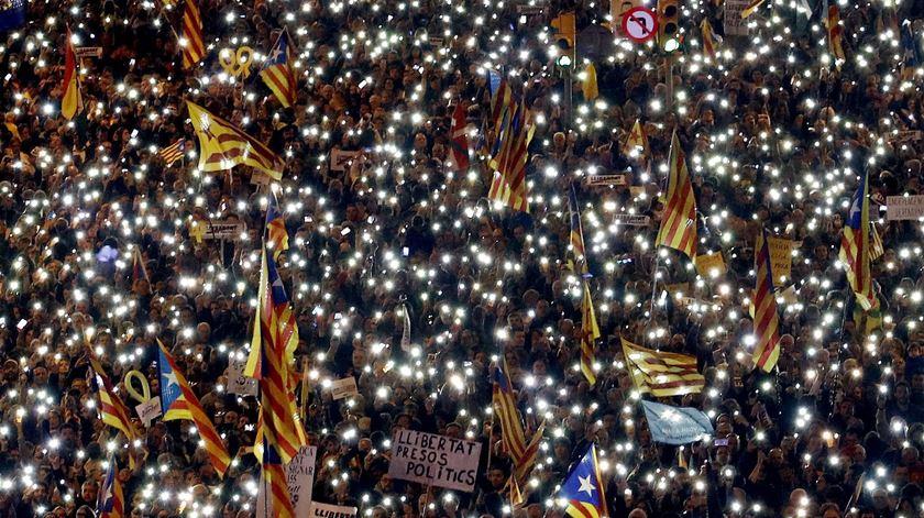 """""""Liberdade para os presos políticos. Somos uma república."""" Milhares saíram à rua em Barcelona"""