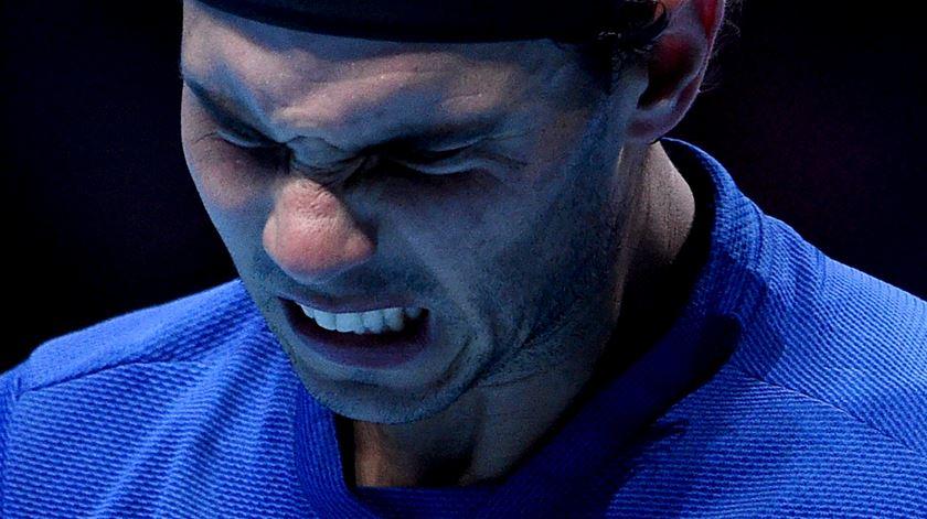 Nadal expressou a frustração pela derrota e pela lesão. Foto: Facundo Arrizabalaga/EPA