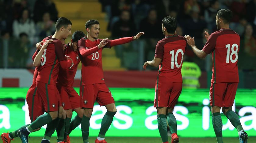 Diogo Gonçalves celebra o golo com os companheiros. Foto: Manuel Araújo/Lusa