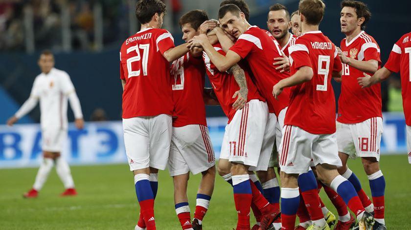 Jogadores russos celebram um dos golos. Foto: Anatoly Maltsev/EPA