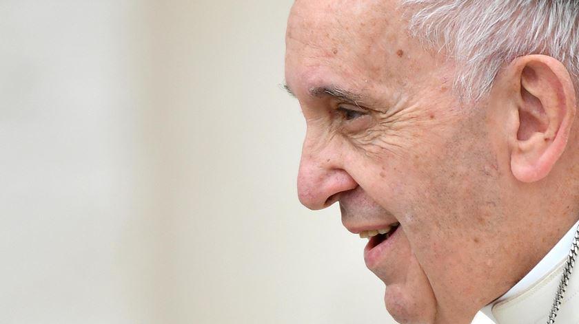 """Papa convida a cumprir medidas de combate à Covid-19. """"É melhor manter as distâncias"""""""