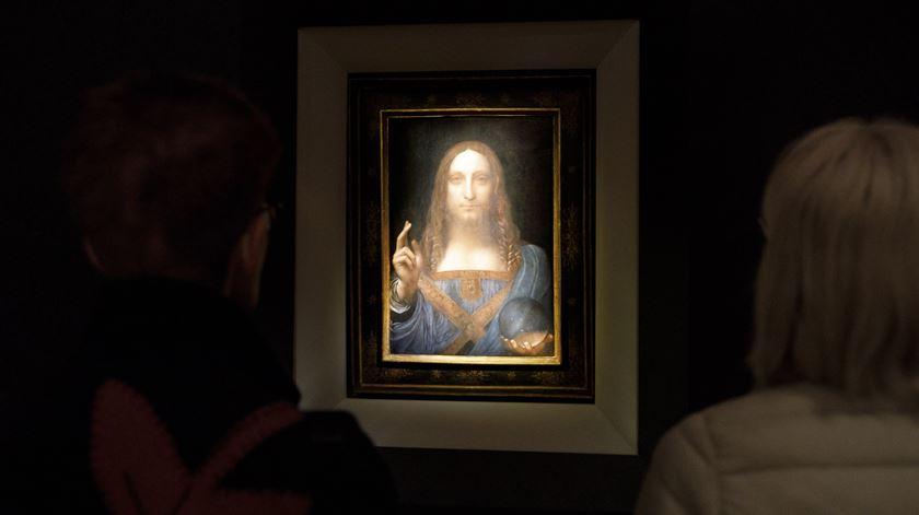 """380 milhões por """"Salvator Mundi"""". Quadro de Da Vinci bate recorde em leilão"""