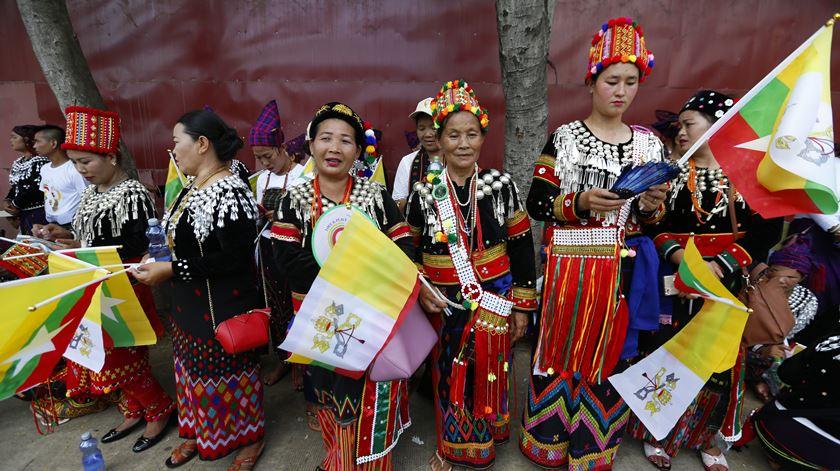 Mulheres da etnia Kachin aguardam a chegada do Papa ao Myanmar. Foto: Lynn Bo Bo/EPA
