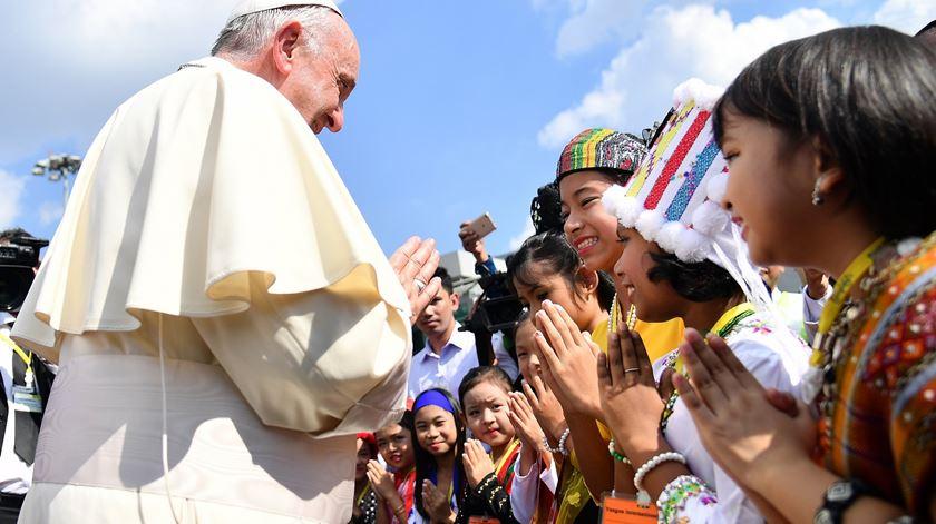 Francisco recebido por jovens na missa que celebrou no Myanmar. Foto: Ettore Ferrari/EPA