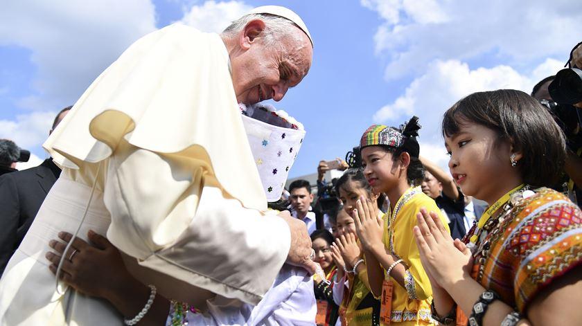 O Papa chega ao Mianmar, após uma viagem de quase 11 horas. Foto: Ettore Ferrari/EPA