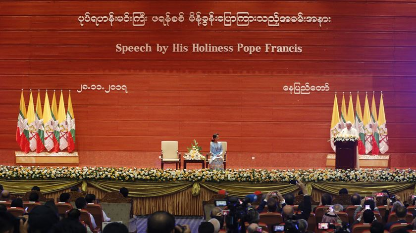 Encontro com a conselheira de Estado e chefe de Governo de Mianmar, Aung San Suu Kyi, no centro de convenções de Nay Pyi Taw. Foto: Hein Htet/EPA