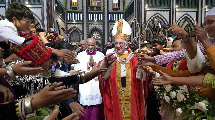 """Num balanço da viagem a Myanmar, o porta-voz do Vaticano desvalorizou a ausência da expressão """"rohingya"""" nas intervenções de Francisco, referindo que o Papa """"não tem o poder de resolver todos os conflitos""""."""
