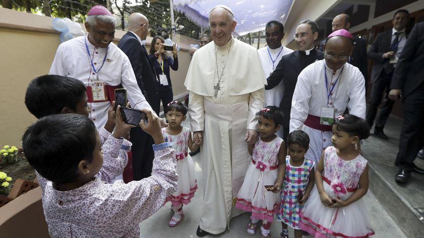 Papa visita casa fundada por Santa Teresa de Calcutá, no Bangladesh, para crianças órfãs e doentes. Foto: Andrew Madichini/EPA