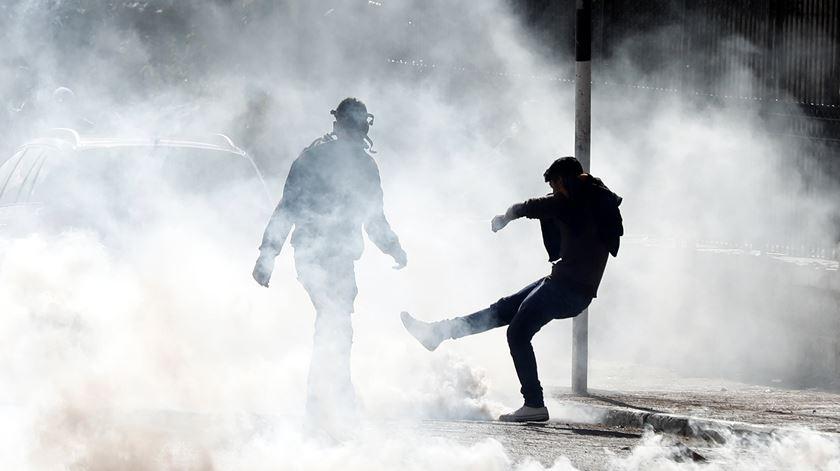 Palestiniano dá pontapé a granada de gás. Foto: Abed Al Hashlamoun/EPA